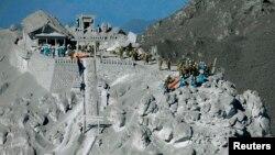 Binh sĩ lực lượng tự phòng của Nhật Bản và cảnh sát thực hiện công tác cứu hộ gần ngọn núi lửa Ontake