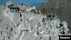 2014年9月29日日本自卫队士兵和警察准备营救登山者