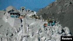 Soldados y rescatistas en la cima del Monte Ontake, en el centro de Japón.