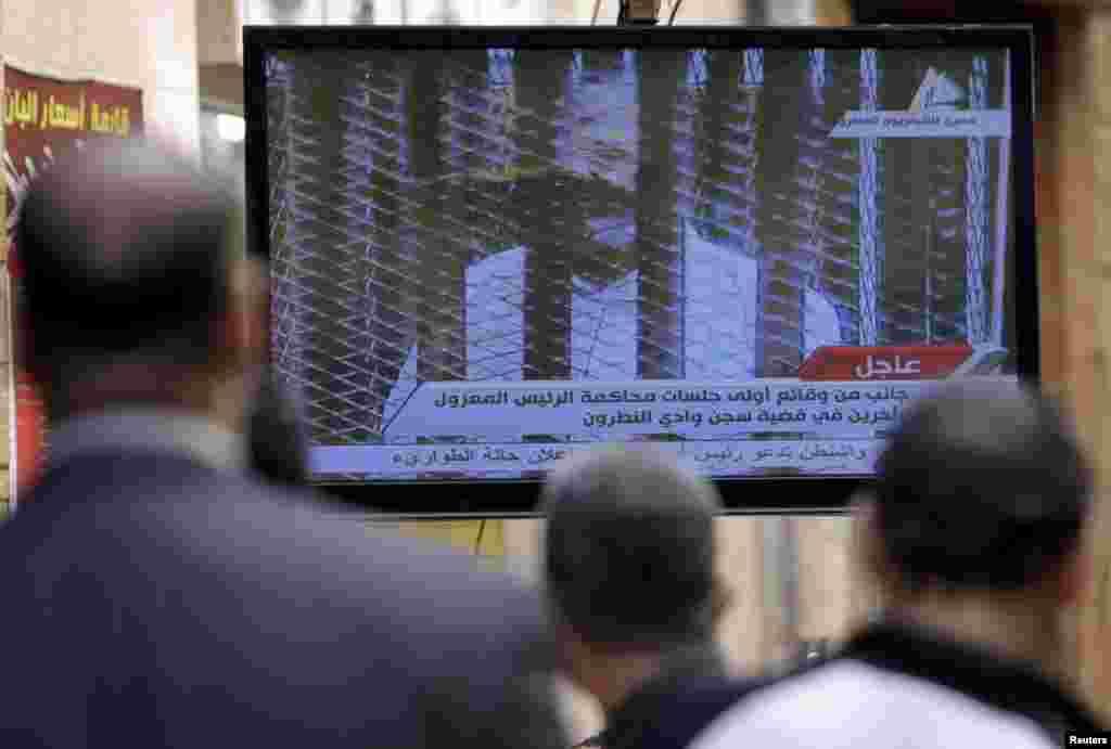 مردم مصر جریان محاکمه مرسی را به طور مستقیم از تلویزیون دنبال می کردند - قاهره، ۲۸ ژانویه ۲۰۱۴