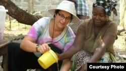 Cô Sara Laskowski (trái) học nấu ăn từ một 'người mẹ bản xứ' ở Dubreka, Guinea.