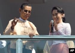 Lãnh tụ Liên đoàn Quốc gia NLD, bà Aung San Suu Kyi, phát biểu cạnh ông Tin Oo từ ban công trụ sở đảng ở Yangon, ngày 9/11/2015.
