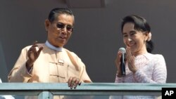9일 미얀마 양곤에서 야당 지도자 아웅산 수치 여사(오른쪽)가 연설하고 있다.