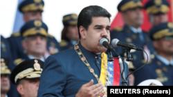 Casi un centenar de economistas venezolanos exhortan al presidente Nicolás Maduro a tomar medidas para acabar con la inflación.