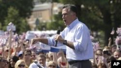 美國總統大選共和黨候選人羅姆尼星期四在維吉尼亞州北部的費爾法克斯郡舉行的競選集會