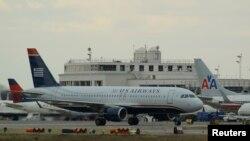 Pesawat milik maskapai US Airways siap melakukan take off di bandara Reagan (foto: dok). Badan penerbangan AS harus menutup 149 menara pengawas akibat pemotongan anggaran.
