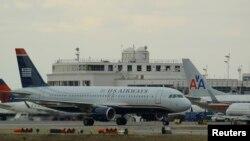 Para penumpang pesawat AS menghadapi serangkaian penundaan penerbangan sebagai dampak pemangkasan anggaran (foto: dok).