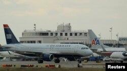 Beberapa pesawat penumpang di bandara Reagan di kota Washington DC (foto: dok).