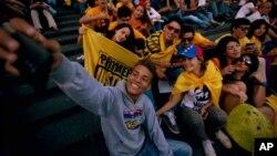 """Venezolanos simpatizantes de la oposición, celebran la primera derrota que sufre el """"Chavismo"""" en 17 años."""