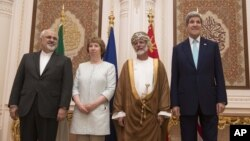 De izquierda a derecha, Javad Zarif, canciller iraní; Catherine Ashton, de la UE; Yussef bin Alawi, canciller de Omán; y John Kerry secretario de Estado de EE.UU., en Mascate, Oman.
