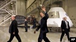 صدر اوباما، ناسا کا دورہ کرتے ہوئے