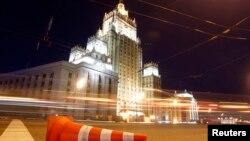 Edvard Snouden hamon Moskva aeroportida qolayotgani aytiladi. U vatani Amerikada josuslikda ayblanmoqda.