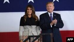 美国总统川普和第一夫人梅拉尼亚在日本横田空军基地。(2017年11月5日)