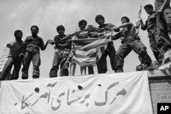 امریکی سفارت خانے پر دھرنا دینے والے طلبا انقلاب کے حامی تھی— فائل فوٹو