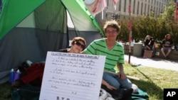 在华盛顿自由广场参加抗议的斯嘉丽和埃利克