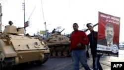 穆尔西总统的一些支持人士到坦克前面观望