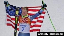 El ganador del oro en eslalon gigante, Ted Legety, posa para los fotógrafos en el podio olímpico en Sochi.