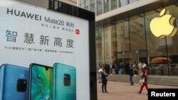 Một áp phích quảng cáo sản phẩm của Huawei bên ngoài cửa hàng iPhone ở Bắc Kinh, Trung Quốc.
