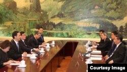 國民黨主席朱立倫(左二)和中共總書記習近平(右一)等人在北京人民大會堂舉行會談(2015年5月4日,中國國民黨提供)