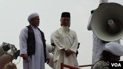 Mantan Penasihat lembaga Komisi Pemberantasan Korupsi (KPK) Abdullah Hehamahua saat mengikuti aksi di sekitar gedung Mahkamah Konstitusi pada Jumat (14/6). (VOA/Sasmito)