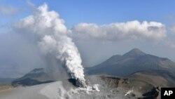 日本新燃岳火山去年10月爆发