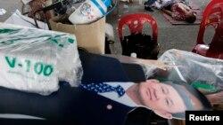 Những người thuộc phe bảo hoàng trong phong trào biểu tình chống chính phủ nhiều lần tố cáo cựu Thủ tướng Thaksin Shinawatra muốn thế chỗ của nhà vua để trở thành người được dân chúng tôn sùng nhiều nhất.