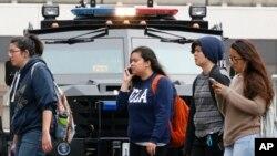 미국 캘리포니아주 UCLA 대학에서 1일 총격사건이 발생한 후 학생들이 대피하고 있다.
