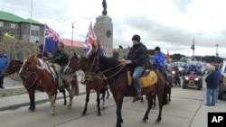Sebagian warga Pulau Falkland atau Malvinas melakukan unjuk rasa untuk mendukung kepemilikan Inggris terhadap Pulau Malvinas (foto: dok).