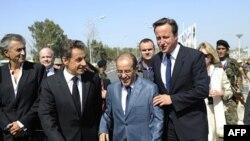 Hai nhà lãnh đạo Anh, Pháp được đón tiếp nồng nhiệt vì cả hai ông Cameron và Sarkozy được nhiều người dân Libya biết tiếng vì sự hỗ trợ của họ trong việc lật đổ ông Gadhafi