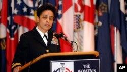 خانم هوارد اولین جنرال ۴ ستارۀ زن (ستر جنرال قوای بحری) در امریکا