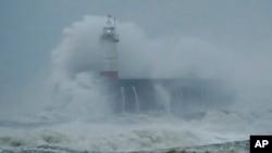 Badai Ciara menghantam Newhaven, pantai selatan Inggris, Minggu, 9 Februari 2020.
