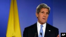 Menlu AS John Kerry saat berbicara dalam konferensi pers bersama Menlu Kolombia Maria Angela Holguin (tidak terlihat dalam gambar) di Istana Kepresidenan Kolombia di Bogota (12/8).