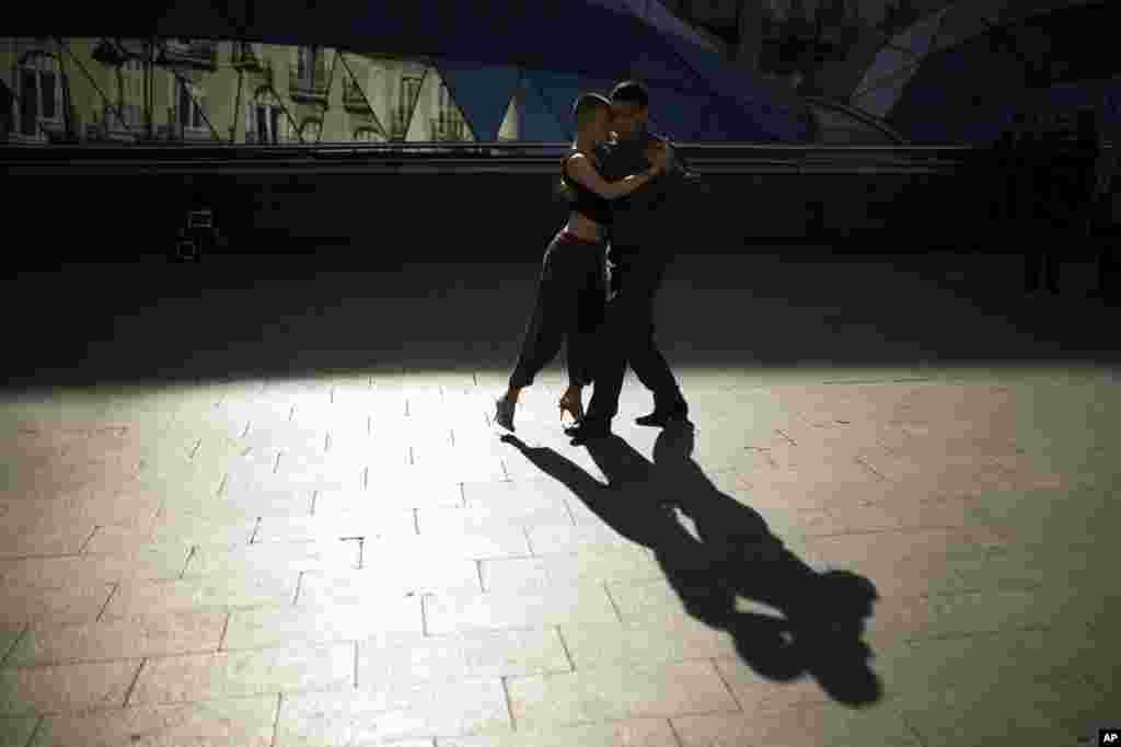 គូស្រករជនជាតិអាហ្សង់ទីន កំពុងរាំចង្វាក់ Tango ដើម្បីប្រមូលប្រាក់ នៅទីលានSol ក្នុងទីក្រុងម៉ាឌ្រីដ ប្រទេសអេស្ប៉ាញ។
