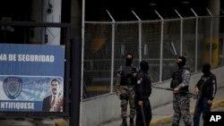 Un grupo de oficiales de la policía política de Venezuela, el SEBIN, en la entrada de la central del organismo en Caracas, Venezuela, el 16 de mayo del 2018.