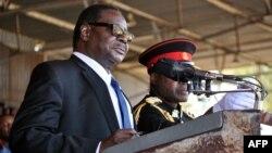 Presiden baru Peter Mutharika Senin (2/6) memberikan pidato usai pelantikan di stadion Kamuzu, Blantyre, Malawi (2/6).