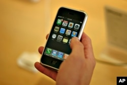 Seorang pelanggan mencoba iPhone pertamanya