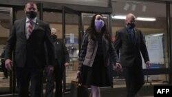资料照片:华为公司高管孟晚舟和她的保安团队走出加拿大不列颠哥伦比亚省最高法院。 (2020年12月8日)