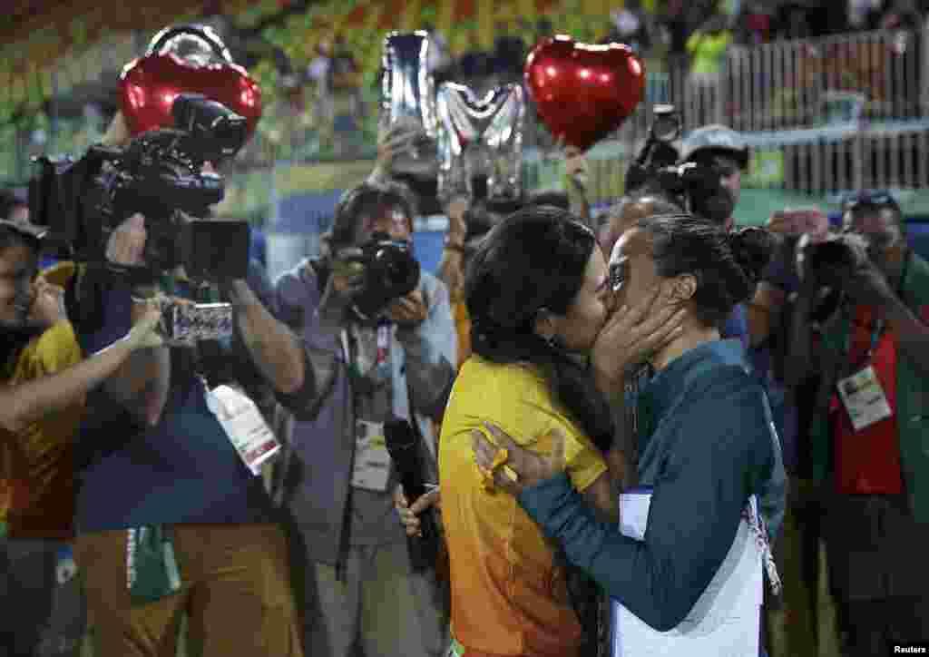 La rugbywoman Isadora Cerullo embrasse Marjorie, une bénévole, après avoir accepté sa demande en mariage, Rio de Janeiro, Brésil, le 8 août 2016.
