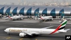 En esta foto de archivo del 22 de marzo de 2017, se ve un avión de Emirates dirigiéndose a una puerta de desembarque en el Aeropuerto Internacional de Dubai, Emiratos Árabes Unidos.