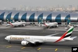 지난 3월 두바이국제공항에서 에미레이츠항공의 여객기가 대기하고 있다. 중동 지역의 최대 항공사인 에미레이츠항공은 미국행 여객기의 보안 검색 강화로 승객 수가 줄었으며 이로인해 미국행 여객기 수를 줄이고 있다고 밝혔다.