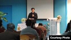 Seorang pastor memimpin ibadah di sebuah gereja di China (foto: dok).
