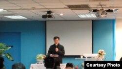 守望教会牧师金天明带领会众祷告(CHINA AID)