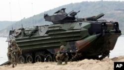 Binh sĩ Thủy Quân Lục Chiến Mỹ nhảy ra khỏi một chiếc xe tấn công đổ bộ tại cuộc tập trận 'Hổ mang vàng' trên bãi biển Hat Yao ở phía đông tỉnh Chonburi, Thái Lan, ngày 10/2/2013.