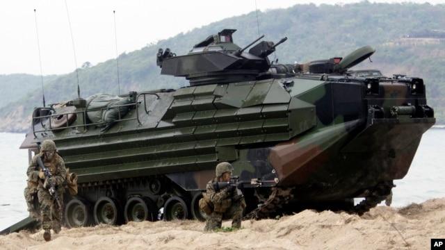 Xe tấn công đổ bộ tiến vào đất liền trong cuộc tập trận 'Hổ mang vàng' trên bãi biển Hat Yao phía đông tỉnh Chonburi, Thái Lan, ngày 10/2/2013.