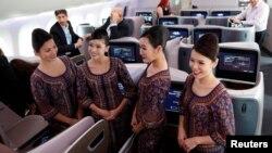 سنگاپور ایئرلائنز کی نارتھ کیرولائنا کے لیے شروع کی جانے والی پرواز کی بزنس کلاس میں ایئر ہوسٹیس کھڑی ہیں۔ مارچ 2018