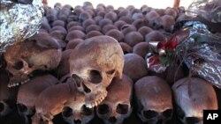 Foro de archivo donde cientos de cráneos de víctimas del genocidio ruandés descansan en un monumento conmemorativo frente a una iglesia en Ntarama, al sur de Kigali, donde unas 5.000 personas fueron masacradas en abril de 1994.