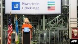 """AQSh Davlat kotibasi Xillari Klinton """"General Motors"""" zavodidan turib, Markaziy Osiyo Texnologiya Biznes Dasturini e'lon qildi, 23-oktabr 2011"""