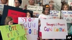 En Estados Unidos crecen los reclamos a favor de leyes más estrictas sobre control de armas que frenen las matanzas que están enlutando a la nación.