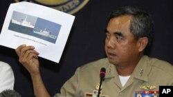 菲律宾海军指挥官海军中将帕玛4月11日在记者会上展示阻止菲律宾逮捕中国渔民的中国海监船照片