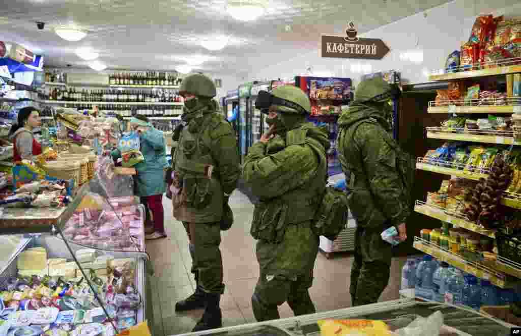 Các tay súng đeo mặt nạ trong một cửa hàng ở Perevalne, Ukraina, ngày 16/3/2014.